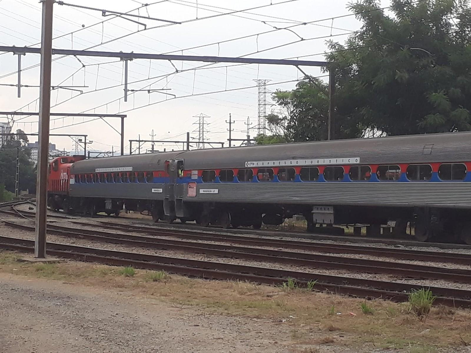 Trem de passageiros entre Santos e São Paulo faz viagem de teste pela primeira vez