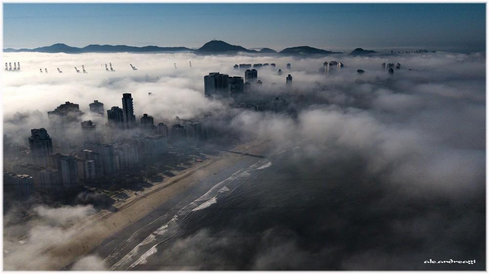 Imagens aéreas mostram nevoeiro que atingiu cidades no litoral de SP